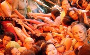Orang-orang miskin antri dalam sebuah pembagian zakat. (republika.co.id)